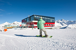THEMENBILD - Adlerlounge im Grossglocknerresort. Wintersportler mit Skiern und Snowboard vor der Adlerlounge (2621m) am Cimaros, im Hintergrund der Großglockner (3798m). Kals am 27.02.2010. EXPA Pictures © 2010, PhotoCredit: EXPA/ Johann Groder
