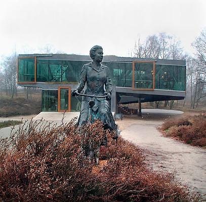 Nederland, De Steeg, Rheden, 10-12-2005Beeld van koningin Beatrix op de fiets van kunstenares Daphne du Barry op de Posbank.Foto: Flip Franssen/Hollandse Hoogte