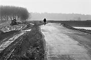 Nederland, Ooijpolder, 15-4-1995Na de bijna-ramp van februari is versneld de verhoging en versterking van de rivierdijken ter hand genomen. Het protest hiertegen uit voorgaande jaren verstomde door het algemeen inzicht dat het noodzakelijk was.Between Nijmegen and the village Ooy,Ooij, the dike in the river Waal was reinforced and raised after the extremely high water level in early 1995.Foto: Flip Franssen/Hollandse Hoogte