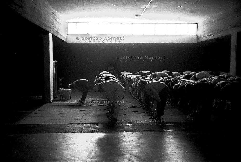 Roma  Giugno 1990.Ex Pastificio Pantanella occupato da centinaia di immigrati asiatici provenienti dal Pakistan e Bangladesh..La preghiera del venerdi nella moschea della Pantanella..Rome June 1990.Ex Pastificio Pantanella occupied by hundreds of Asian Friday prayers in the mosque of Pantanella.