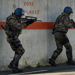 Exercice de Rétablissement de l'Ordre en Situation Insurrectionnelle organisé au CNEFG (Centre National d'Instruction des Forces Gendarmerie) par le GBGM (Groupement Blindé de Gendarmerie Mobile) avec deux escadrons de gendarmerie mobile et un détachement du 126° Régiment d'Infanterie et du 31° Régiment du Génie. <br /> Octobre 2010 / Saint Astier / Dordogne (24)<br /> Voir le reportage complet (154 photos)<br /> http://sandrachenugodefroy.photoshelter.com/gallery/2010-10-Exercice-Satorex-du-GBGM-au-CNEFG-Complet/G0000dOT3014Na_s/C0000yuz5WpdBLSQ