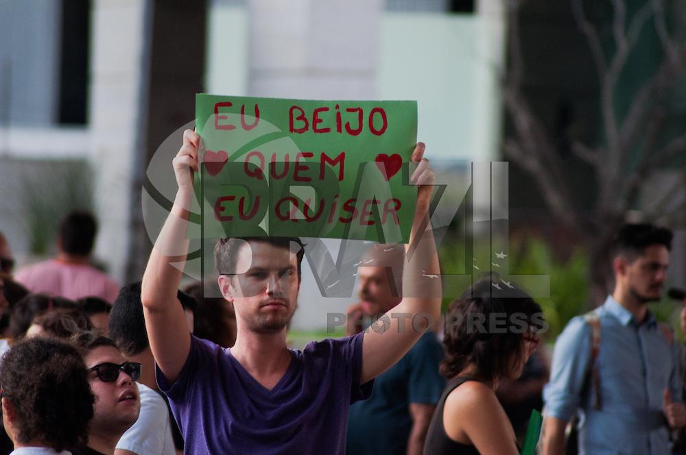 SÃO PAULO-SP-30,09,2014-BEIJASSO- Manifestantes durante Beijasso em protesto as palavras do candidato Levi Fidelix. Local:Vão do MASP,na tarde dessa Terça-Feira,30. Região Centro sul da cidade de São Paulo.(Foto:Kevin David/Brazil Photo Press)