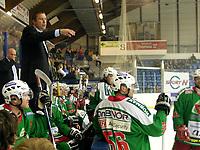 Ishockey<br /> UPC Ligaen Eliteserien<br /> Askerhallen 28.09.06<br /> Foto: Kasper Wikestad<br /> <br /> Frisk Asker Tigers - Stavanger Oilers<br /> Frisks trener Patrik Ross roper ut sine instruksjoner