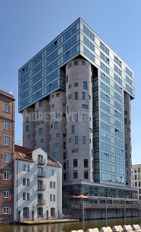 Der insgesamt 43 m hohe Getreidespeicher der Fa. Andreas Hansen GmbH, Schellerdamm 16 in Hamburg-Harburg wurde 1935/36 als Gruppe von 4x4 Silozellen (Durchm. 7,80 m, Höhe 28 m) auf einem 7,5 m hohen Sockel in Stahlbeton am westlichen Bahnhofskanal im Harburger Binnenhafen errichtet. Sämtliche 16 Silozellen ruhen auf Schüttkegeln, die ihrerseits auf je 4 Stahlbetonstützen gegründet sind. Das Silo wurde zu einem Bürohaus mit insgesamt 14 Obergeschossen umgebaut. Dabei wurden von den 16 Silozellen die vier inneren und sechs äußeren abgebrochen. Die sechs übrigen Silozellen wurden nur teilweise zurückgebaut und blieben als Außenhülle bestehen.