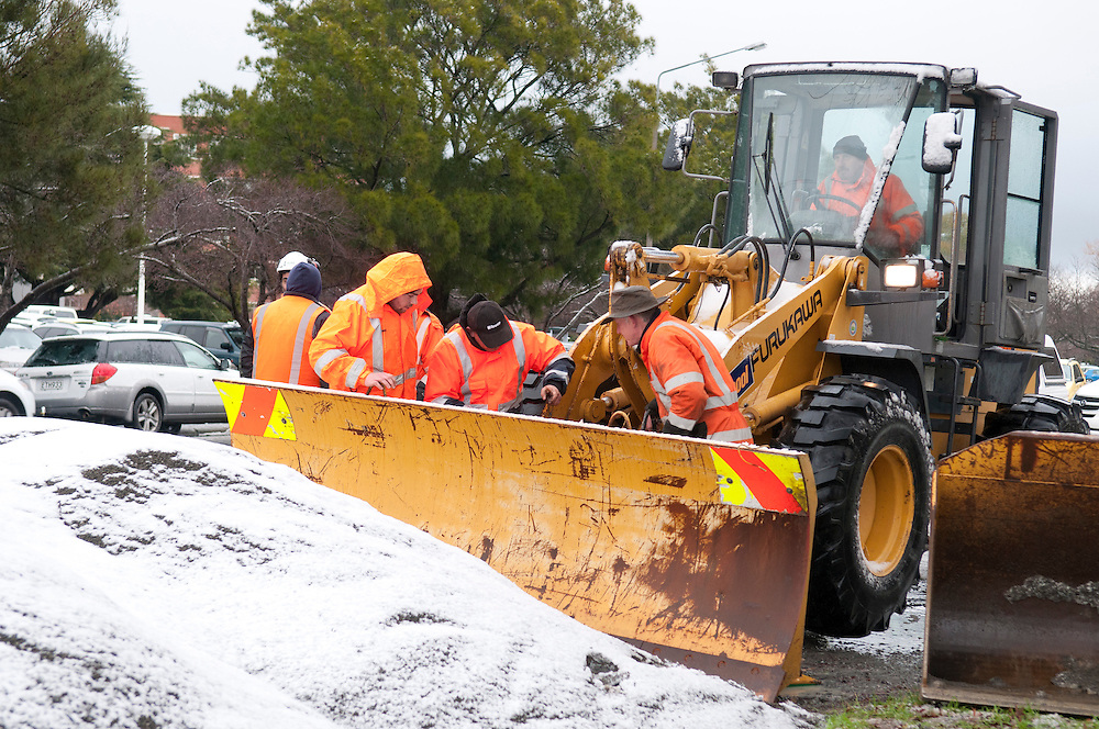 A road crew prepares a loader for snow clearing work, Cashmere Road, Christchurch, New Zealand, Friday June 21, 2013. Credit:  SNPA / David Alexander