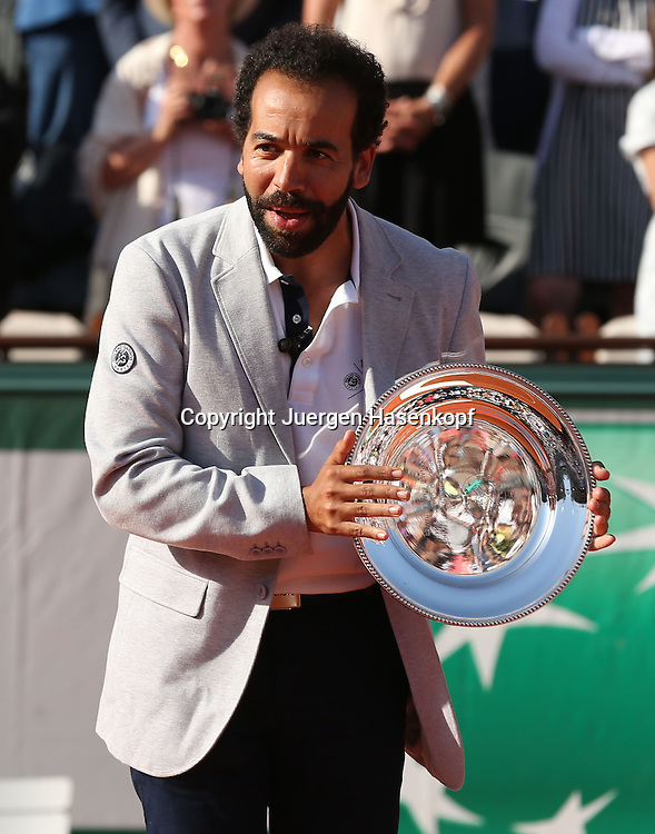 French Open 2014, Roland Garros,Paris,ITF Grand Slam Tennis Tournament,<br /> Siegerehrung,Praesentation,Damen Endspiel Schiedsrichter Kader Nouni mit seiner Schale,Pokal,Halbkoerper,Hochformat,