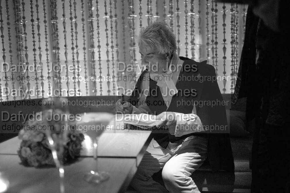 NICKY HASLAM, Launch of Nicky Haslam's book Redeeming Features. Aqua Nueva. 5th floor. 240 Regent St. London W1.  5 November 2009.  *** Local Caption *** -DO NOT ARCHIVE-© Copyright Photograph by Dafydd Jones. 248 Clapham Rd. London SW9 0PZ. Tel 0207 820 0771. www.dafjones.com.<br /> NICKY HASLAM, Launch of Nicky Haslam's book Redeeming Features. Aqua Nueva. 5th floor. 240 Regent St. London W1.  5 November 2009.
