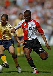 17-04-2005 VOETBAL: FEYENOORD-AJAX: ROTTERDAM<br /> <br /> In een fletse klassieker zat het venijn hem in de staart. Ajax was in de slotfase gelukkiger dan Feyenoord en won met 2-3 / <br /> <br /> ©2005-WWW.FOTOHOOGENDOORN.NL