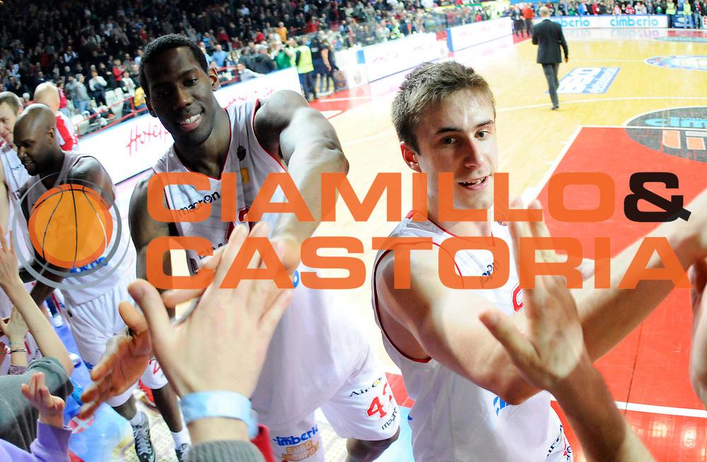 DESCRIZIONE : Varese Lega A 2012-13 Cimberio Varese Acea Roma<br /> GIOCATORE : Ebi Ere Bryant Dunston e Andrea De Nicolao <br /> SQUADRA : Cimberio Varese<br /> EVENTO : Campionato Lega A 2012-2013<br /> GARA :  Cimberio Varese Acea Roma<br /> DATA : 01/04/2013<br /> CATEGORIA : Esultanza con Tifosi<br /> SPORT : Pallacanestro<br /> AUTORE : Agenzia Ciamillo-Castoria/A.Giberti<br /> Galleria : Lega Basket A 2012-2013<br /> Fotonotizia : Varese Lega A 2012-13 Cimberio Varese Acea Roma<br /> Predefinita :