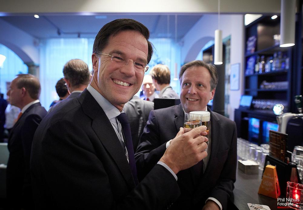 Premier Mark Rutte (VVD) en Alexander Pechtold drinken na afloop nog wat aan de bar.<br /> In perscentrum Nieuwspoort kwamen 9 lijsttrekkers bijeen voor het Radio1 lijsttrekkersdebat.<br /> Foto: Phil Nijhuis