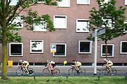 De avond voor de Tour rijdt een groep wielrenners over het parcours van de tijdrit. In Utrecht worden de laatste voorbereidingen getroffen voor de Grand Depart. Op 4 juli start de Tour de France in Utrecht met een tijdrit. De dag daarna vertrekken de wielrenners vanuit de Domstad richting Zeeland. Het is voor het eerst dat de Tour in Utrecht start.<br /> <br /> In Utrecht the last arrangements are made for the Grand Depart . On July 4 the Tour de France starts in Utrecht with a time trial. The next day the riders depart from the cathedral city direction Zealand. It is the first time that the Tour starts in Utrecht.
