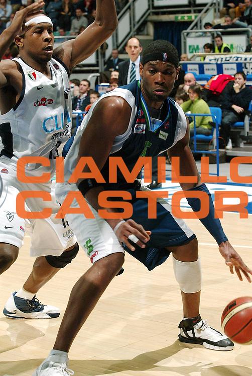 DESCRIZIONE : Bologna Lega A1 2005-06 Fortitudo Climamio Bologna Roseto Basket <br /> GIOCATORE : Martrinez<br /> SQUADRA :  Roseto Basket<br /> EVENTO : Campionato Lega A1 2005-2006<br /> GARA : Fortitudo Climamio Bologna Roseto Basket<br /> DATA : 05/02/2006 <br /> CATEGORIA : Tiro<br /> SPORT : Pallacanestro <br /> AUTORE : Agenzia Ciamillo-Castoria/G.Livaldi<br /> Galleria : Lega Basket A1 2005-2006<br /> Fotonotizia :  Bologna Lega A1 2005-2006 Fortitudo Climamio Bologna Roseto Basket <br /> Predefinita :