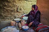 Sultanat d'Oman, gouvernorat de Ad-Dakhiliyah, les monts Hajar, le vieux village en pisé de Al Hamra au pied du Djebel Shams, maison-musée Bait Al Safah, cuisson du pain // Sultanate of Oman, Ad-Dakhiliyah Region, village of Al Hamra, Bait Al Safah museum, bread making