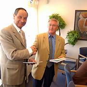 Aanbieden jubileum uitgave SV Zuidvogels 75 jaar aan burgemeester Verdier