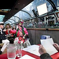Nederland, Amsterdam , 24 januari 2011.. mr. Frank Visser, ook wel de Rijdende rechter genoemd tevens titel van het televisieprogramma de rijdende rechter moet een kort geding oplossen tussen levend kunstobject uit amsterdam Fabiola genaamd en de eigenaar van een boot..De uitzending wordt gemaakt tijdens een rondvaart over de grachten in een rondvaartboot van het bedrijf Lovers. De beide partijen zijn woedend op elkaar..Foto:Jean-Pierre Jans