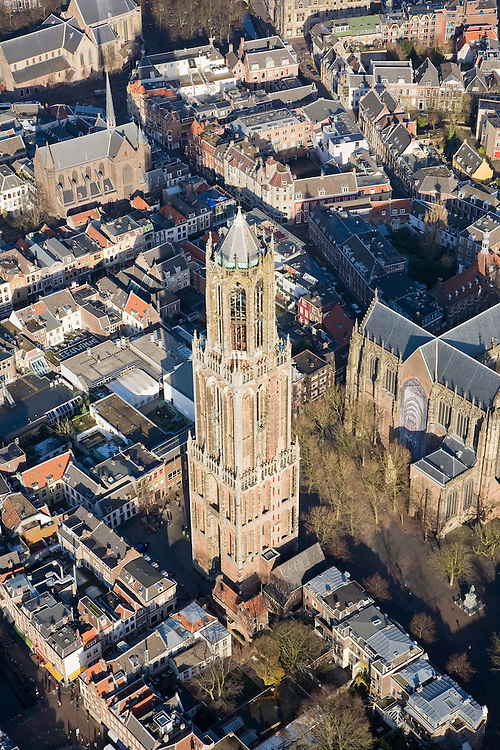 Nederland, Utrecht, Utrecht, 25-11-2008; Domplein met het ontbrekende middenschip van de kerk, rechts de Domkerk (het koor), links de Domtoren.Domplein with the missing nave of the church, right the Dom (the choir), left the towerkatehedraal, Dom of Utrecht, gothic, gothic architecture, katehedraal, Dom van Utrecht, gotiek, gotische bouwstijlcentrum, binnenstad, city centre, inner city, town centre.  .luchtfoto (toeslag)aerial photo (additional fee required).foto Siebe Swart / photo Siebe Swart