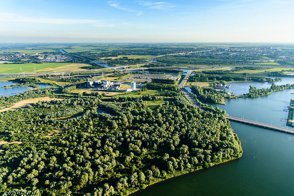 Nederland, Noord-Holland, Diemen, 13-06-2017; Diemer Vijfhoek of PEN-eiland, natuurgebied in beheer bij Staatsbosbeheer. Centrale Diemen, STEG-warmtekrachtcentrale van Nuon. Naast de centrale de warmtebuffer voor opslag van stadswarmte. <br /> Nuon power plant near Amsterdam. <br /> luchtfoto (toeslag op standard tarieven);<br /> aerial photo (additional fee required);<br /> copyright foto/photo Siebe Swart