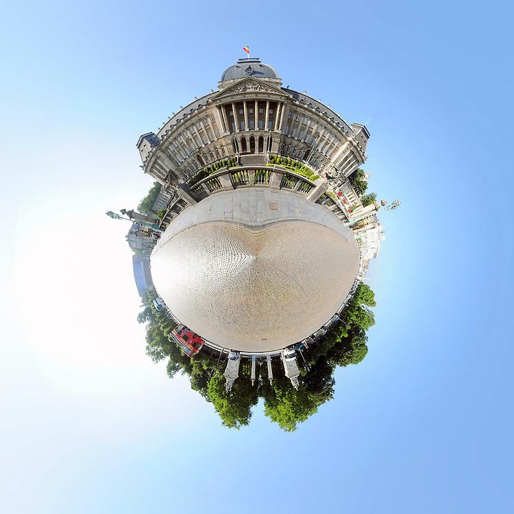 """Bruxelles, comme vous ne l'avez jamais vue ! - A travers ses monuments les plus connus, ou les plus imposants, Bruxelles 360° transforme notre vision habituelle de la capitale de l'Europe. Depuis l'Atomium jusqu'a la Grand-place, en passant par le parlement, le Berlaymont ou la tour japonaise, les batiments revItent des formes inedites. Leurs formes architecturales sont deformees changeant radicalement d'aspect jusqu'a devenir presque meconnaissables. En bouquet ou en cornets, ces cartes postales nous offrent une vision inedite de Bruxelles qui ressemble un peu a celle du """"Petit Prince"""" ou l'on voit le monde a sa maniere, dans une sorte de bulle d'ou jaillissent de ci de la des elements du decor (lampadaires, panneaux de signalisation) qui se gonflent d'une importance imaginaire. / Brussel zoals u het nog nooit zag! - Op verkenning naar haar bekendste of indrukwekkendste monumenten vervormt Brussel 360° het dagelijks beeld van de hoofstad van Europa. Vanaf het Atomium tot aan de Grote Markt, langs het parlement en het Berlaymont of de Japanse toren, de gebouwen nemen nooit eerder geziene vormen aan. Hun architecturale juistheid werd zodanig getransformeerd dat ze bijna onherkenbaar worden doch niets aan hun schoonheid hoeven in te boeten. Noem het gerust een stukje stad uit het vuistje. Deze Brusselse planeten doen nog het meest denken aan die van """"De Kleine Prins"""" die de wereld op zijn manier zag. De beelden zijn als een rekbaar geheel waar proportie en werkelijkheid vervagen en elementen uit het decor springen op een manier die de verbeelding tart. Credit Paul Marnef / ISOPIX"""