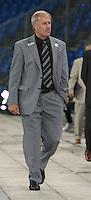 Fussball International Laenderspiel Oesterreich - Venezuela  Oesterreichs Bundestrainer Josef Hickersberger auf dem Weg zur Trainerbank