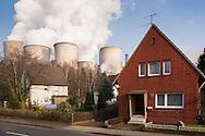 DEU, Germany, North Rhine-Westphalia, the brown coal power station Niederaussem near Bergheim, houses in the district Auenheim. - <br /> <br /> DEU, Deutschland, Nordrhein-Westfalen, das Braunkohlekraftwerk Niederaussem bei Bergheim, Haeuser im Stadtteil Auenheim.