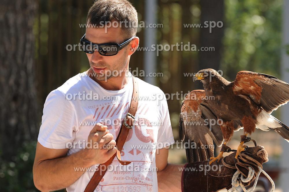 THEMENBILD - das Falkenzentrum in Dubrava in der N&auml;he von Sibernik, CRO, ist keine gew&ouml;hnliche Falknerei. Neben der Falkenzucht werden auch verletzte V&ouml;gel aufgenommen und die Besucher bekommen Einblicke in die Verhaltensweisen der Raubv&ouml;gel. Aufgenommen am 23. August 2013 // THEMES PICTURE - Sibenska Dubrava - Falconry Centre is located in a pine forest in Dubrava, only 8 km from the center of Sibenik, is a unique place where visitors can learn about the mysterious life of sky hunters - falcons. Pictured on 23rd of August 2013. EXPA Pictures &copy; 2013, PhotoCredit: EXPA/ Pixsell/ Hrvoje Jelavic<br /> <br /> ***** ATTENTION - for AUT, SLO, SUI, ITA, FRA only *****
