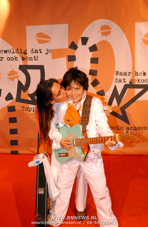 Uitreiking Kids Choice Awards 2004, finalist Jeugd Songfestival 2004 Marnix en moeder