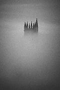 La cathédrale Saint Nicolas - le symbole visible de la Ville de Fribourg. La légende prétend que, si son clocher de 74m n'est pas achevé, c'est parce que l'on manqua d'argent. Joyau du gothique, la cathédrale fut construite entre 1283 et 1490. Die Kathedrale St. Nikolaus ist das weitherum sichtbare Wahrzeichen der Stadt. Sie wurde ab 1283 in mehreren Etappen bis 1490 an der Stelle eines romanischen Gotteshauses erbaut und besitzt einen 76 Meter hohen Turm, dessen Bau 1490 im Stil der späten Flamboyantgotik abgeschlossen. © Romano P. Riedo