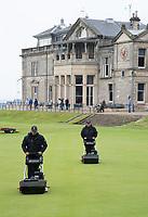 ST. ANDREWS -Schotland-GOLF. Greenkeeper aan het werk op de green van 18e hole voor Clubhuis R&A (Royal and Ancient Golf Club of St. Andrews) aan  Old Course. COPYRIGHT KOEN SUYK
