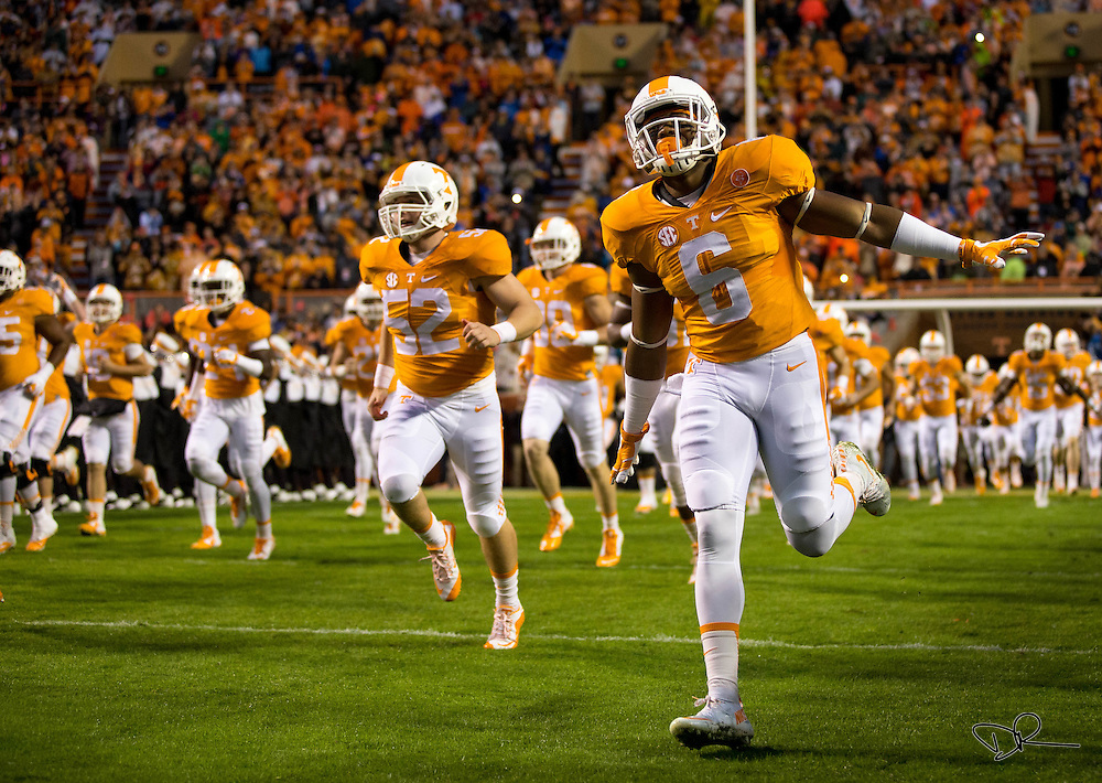 "Volunteers running back Alvin Kamara runs ""through the T"" before a game against the Arkansas Razorbacks."