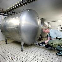 Nederland, Amsterdam , 1 juli 2010..Bierbrouw proces in bierbrouwerij t IJ..Brouwerij 't IJ is een kleine lokale Amsterdamse bierbrouwerij, sinds oktober 1985 gevestigd in voormalig badhuis Funen, naast Molen De Gooyer. De brouwerij wordt geleid door Kaspar Peterson. Alle bieren zijn gemaakt van 'biologische' grondstoffen en door SKAL[1] gecertificeerd. De brouwerij heeft ook een proeflokaal, dat alleen IJ-bier schenkt. In tegenstelling tot veel andere proeflokalen wordt het IJ-lokaal ook veel als stamkroeg gebruikt..De waterslangen worden aangesloten aan de koeltanken...Cleaning the cauldron of the beer in Brouwerij 't IJ, a small local brewery in Amsterdam since 1985, producing very nice beer.