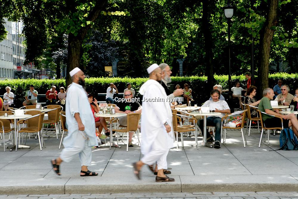 Oslo Norge 2006 07<br /> Muslimer p&aring; promenad p&aring; Karl Johan i Oslo<br /> <br /> <br /> ----<br /> FOTO : JOACHIM NYWALL KOD 0708840825_1<br /> COPYRIGHT JOACHIM NYWALL<br /> <br /> ***BETALBILD***<br /> Redovisas till <br /> NYWALL MEDIA AB<br /> Strandgatan 30<br /> 461 31 Trollh&auml;ttan<br /> Prislista enl BLF , om inget annat avtalas.