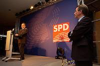 24 JAN 2005, BERLIN/GERMANY:<br /> Gerhard Schroeder (L), SPD, Bundeskanzler, und Franz Muentefering (R), SPD Partei- und Fraktionsvorsitzender, waehrend der Rede von Schroeder, auf dem Neujahrsempfang der SPD Bundestagsfraktion, Fraktionsebene, Deutscher Bundestag<br /> IMAGE: 20050124-02-033<br /> KEYWORDS: Gerhard Schröder, speech, Franz Müntefering