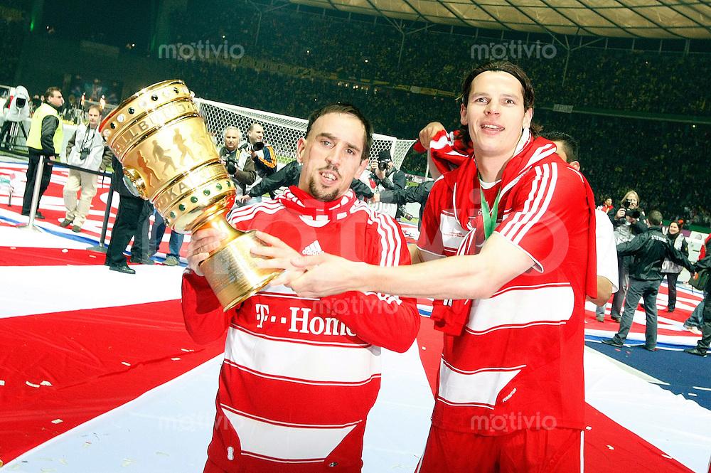 FUSSBALL   DFB POKAL   FINALE   19.04.08 Borussia Dortmund - FC Bayern Muenchen Franck RIBERY (li, Bayern Muenchen) haelt den Pokal in den Haenden zusammen mit Daniel VAN BUYTEN (re).