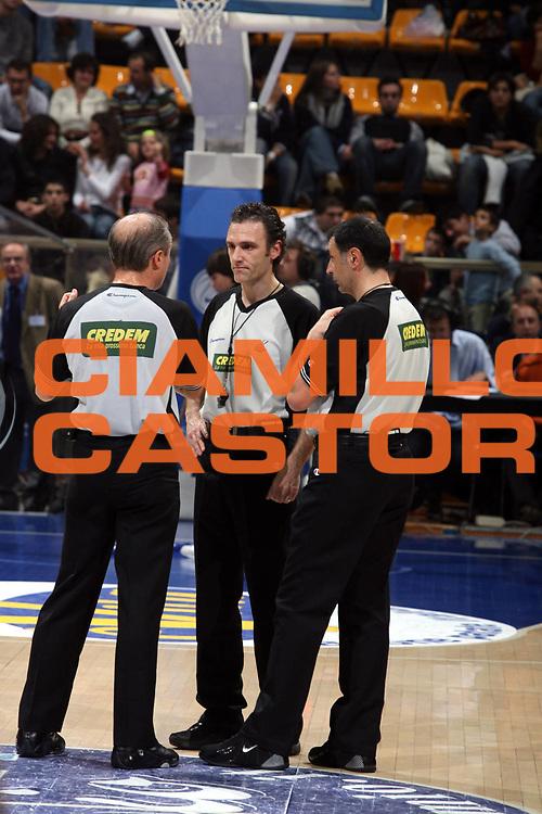 DESCRIZIONE : Bologna Lega A1 2006-07 Climamio Fortitudo Bologna Premiata Montegranaro<br />GIOCATORE : Arbitri<br />SQUADRA : <br />EVENTO : Campionato Lega A1 2006-2007 <br />GARA : Climamio Fortitudo Bologna Premiata Montegranaro<br />DATA : 19/11/2006 <br />CATEGORIA : Arbitro<br />SPORT : Pallacanestro<br />AUTORE : Agenzia Ciamillo-Castoria/M.Marchi