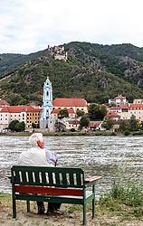 THEMENBILD - ein Pensionist auf einer Bank blickt auf Dürnstein mit seiner Stiftskirche, dem Ortszentrum und der Ruine Dürnstein, aufgenommen am 7. Juni 2017, Rossatz, Oesterreich // View of Dürnstein with the church, the towncenter and the Ruins of Burg Durnstein Castleat Rossatz, Austria on 2017/06/07. EXPA Pictures © 2017, PhotoCredit: EXPA/ JFK