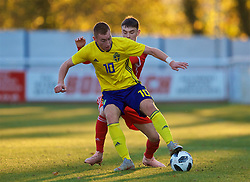 BANGOR, WALES - Saturday, November 17, 2018: Sweden's Dejan Kulusekvski (L) and Wales' Dylan Levitt during the UEFA Under-19 Championship 2019 Qualifying Group 4 match between Sweden and Wales at the Nantporth Stadium. (Pic by Paul Greenwood/Propaganda)