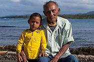 Retrato de Caleb y Ladislao Geenzier.  La  isla de Ustupu, perteneciente a la comarca indígena  Guna Yala,  forma parte del archipiélago de 365 islas a lo largo de la costa caribe noreste de Panamá..En Ustupu se genero la  Revolución Guna  en 1925, en la que los indígenas Gunas se defendieron ante las autoridades panameñas, que obligaban a los indígenas a occidentalizar su cultura a la fuerza. los Gunas con el aval del gobierno panameño, crearon un territorio autónomo llamado comarca indígena de Guna Yala, para garantizar la seguridad de la población y cultura Guna..(Ramón Lepage).