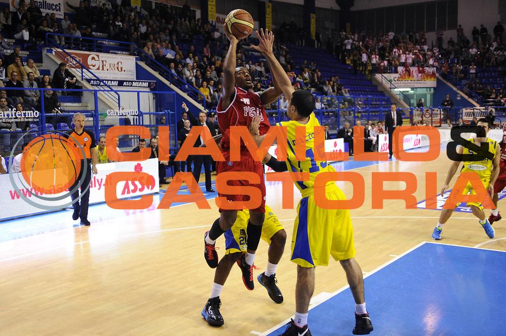 DESCRIZIONE : Porto San Giorgio Lega A 2013-14 Sutor Montegranaro VL Pesaro<br /> GIOCATORE : Elston Turner<br /> CATEGORIA : tiro penetrazione<br /> SQUADRA : VL Pesaro<br /> EVENTO : Campionato Lega A 2013-2014<br /> GARA : Sutor Montegranaro VL Pesaro<br /> DATA : 10/11/2013<br /> SPORT : Pallacanestro <br /> AUTORE : Agenzia Ciamillo-Castoria/C.De Massis<br /> Galleria : Lega Basket A 2013-2014  <br /> Fotonotizia : Porto San Giorgio Lega A 2013-14 Sutor Montegranaro VL Pesaro<br /> Predefinita :
