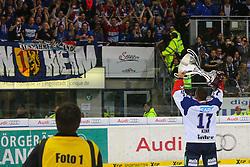 22.04.2015, Saturn Arena, Ingolstadt, GER, DEL, ERC Ingolstadt vs Adler Mannheim, Playoff, Finale, 6. Spiel, im Bild Marcus Kink (Nr.17, Adler Mannheim) praesentiert den Fans dem Meisterpokal // during Germans DEL Icehockey League 6th final match between ERC Ingolstadt and Adler Mannheim at the Saturn Arena in Ingolstadt, Germany on 2015/04/22. EXPA Pictures © 2015, PhotoCredit: EXPA/ Eibner-Pressefoto/ Strisch<br /> <br /> *****ATTENTION - OUT of GER*****