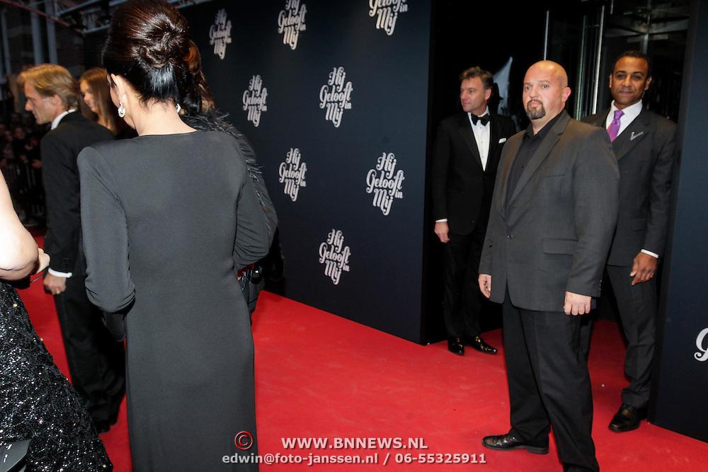 NLD/Amsterdam/20121109 - Premiere Hij Gelooft in Mij, beveiliging bij de familie Hazes