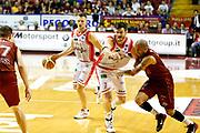 DESCRIZIONE : Venezia Lega A 2014-15 Play Off Gara2 Semifinale Umana Reyer Venezia Grissin Bon Reggio Emilia<br /> GIOCATORE : Rimantas Kaukenas Darius Lavrinovic<br /> CATEGORIA : Palleggio Blocco<br /> SQUADRA : Umana Reyer Venezia Grissin Bon Reggio Emilia<br /> EVENTO : Campionato Lega A 2014-2015<br /> GARA : Umana Reyer Venezia Grissin Bon Reggio Emilia<br /> DATA : 01/06/2015<br /> SPORT : Pallacanestro <br /> AUTORE : Agenzia Ciamillo-Castoria/G. Contessa<br /> Galleria : Lega Basket A 2014-2015 <br /> Fotonotizia : Venezia Lega A 2014-15 Play Off Gara2 Semifiinale Umana Reyer Venezia Grissin Bon Reggio Emilia