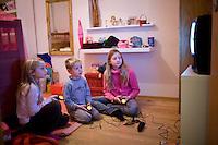 Ari Carl, Arndís og Bjargey að spila risaeðluleikinn í playstation.