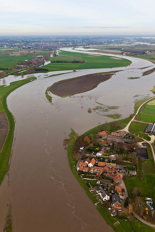 Nederland, Limburg, Gemeente Echt-Susteren, 15-11-2010; Visserweert, Maas (Grensmaas) treedt bij hoogwater buiten zijn oevers en het water wordt ook via de uiterwaarden stroomafwaarts afgevoerd..Maas (Meuse) overflowing its banks, the water is also discharged downstream via the floodplains..luchtfoto (toeslag), aerial photo (additional fee required).foto/photo Siebe Swart