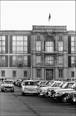 Duitsland, Oost Berlijn, 1-7-1990Op 1 juli 1990 werd de duitse monetaire eenwording effectief. De burgers van de ddr konden hun marken, ostmarken, inwisselen tegen de west-duitse mark, in winkels vond een grote operatie plaats om prijzen aan te passen en westerse producten in de schappen te leggen. trabant, trabantjesFoto: Flip Franssen/Hollandse Hoogte