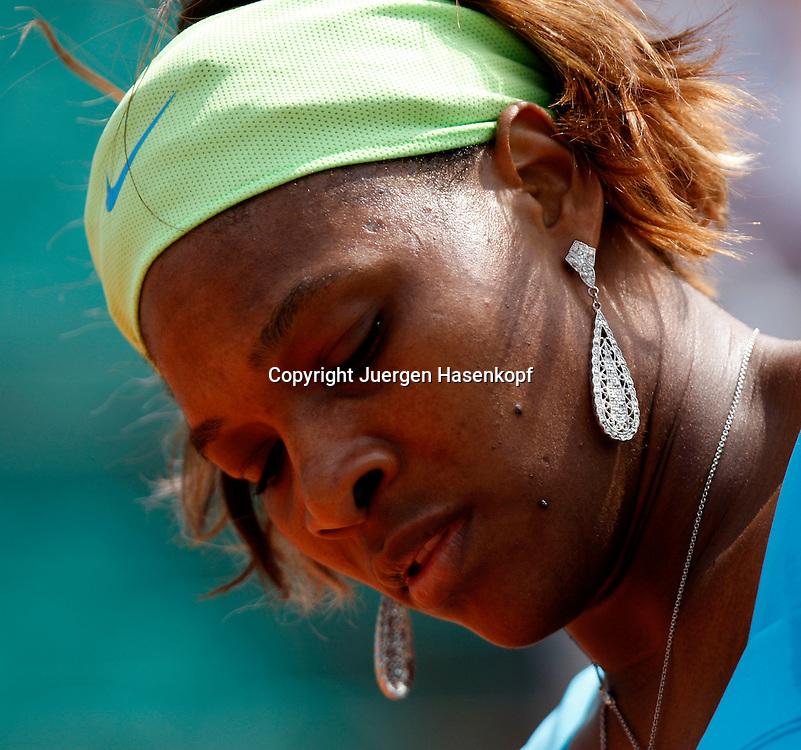 French Open 2010, Roland Garros, Paris, Frankreich,Sport, Tennis, ITF Grand Slam Tournament,  Serena Williams (USA) mit Ohrring,Schmuck,Detail,..Foto: Juergen Hasenkopf..