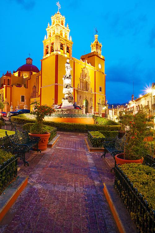 Twilight over the basilica in Guanajuato, México