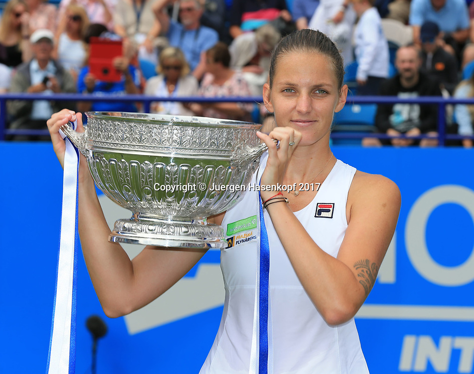 Siegerin KAROLINA PLISKOVA (CZE) mit Pokal, Finale, Endspiel<br /> <br /> Tennis - Aegon International Eastbourne - WTA -  Devonshire Park Lawn Tennis Club - Eastbourne -  - Great Britain  - 1 July 2017. <br /> &copy; Juergen Hasenkopf