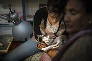 Una donna etiope si fa tatuare una croce sull'avambraccio destro, come vuole la tradizione
