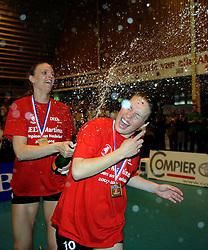 26-04-2008 VOLLEYBAL: DELA MARTINUS - AMVJ: AMSTELVEEN<br /> Martinus landskampioen 2007-2008 / Chaine Staelens en Janneke van Tienen<br /> &copy;2008-WWW.FOTOHOOGENDOORN.NL