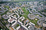 Grigny, département de l'Essonne (91), la grande Borne, serpentine and retangular housing and interior public fields and pedestrian areas. Note vehicular circulation and exterior parking.